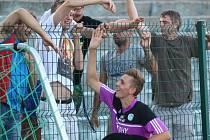 Tomáš Vavrinec byl nejlepším střelcem krajského přeboru už v minulé sezoně. Děkovačka s fanoušky Modlan po sobotní výhře v Krupce.