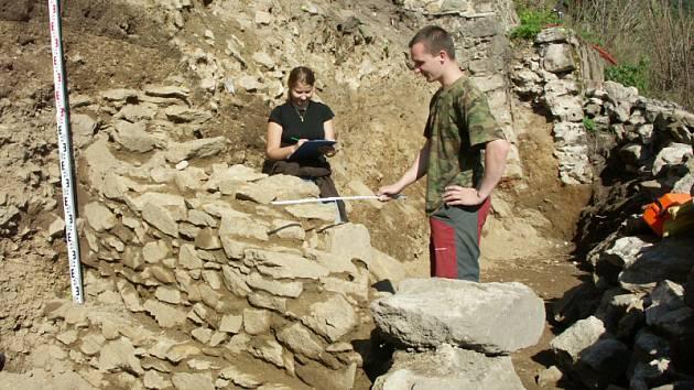 Archeologové u krupského hrádku našli zajímavé věci