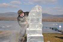 Řezbář Pavel Vrcula z Košťan tvoří sochy z ledu nádrže Barbora.