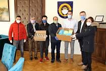 Zástupci Svazu Vietnamců vTeplicích předali roušky a hygienické potřeby vedení teplického magistrátu.