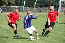 Bílinský útočník Esat Iljazi (v modro-černém), který má podíl na gólu Schüsmanna na 1:1.