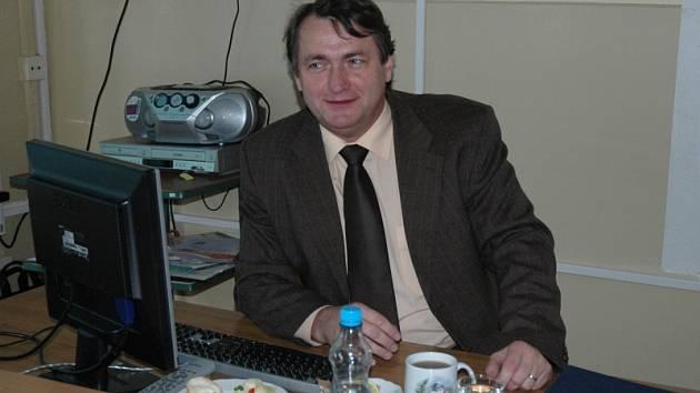 Hejtman Jiří Šulc při prezentaci systému Sypos na Hotelové škole v Teplicích.