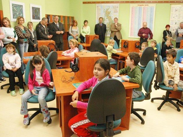 Základní škola Aléská v Bílině se může pochlubit novou moderní jazykovou učebnou.