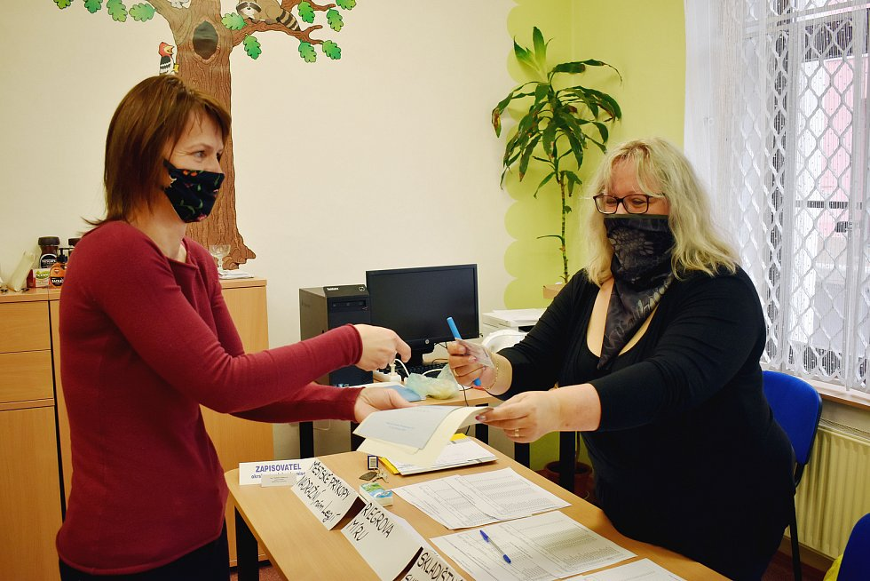 První kolo senátních voleb v Duchcově.