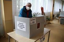 Pátek 5. června. První minuty doplňovacích senátních voleb na Teplicku.