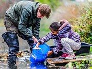 Děti z Hostomic vypustily ryby do řeky Bíliny.
