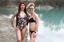 Vápenka má krásně modrou vodu a to nás baví, říká otužilkyně Michaela Pachtová z Teplic. (na snímku vlevo)