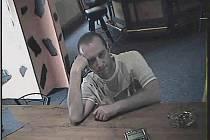 Policie hledá pachatele na fotografii