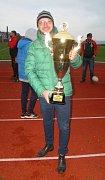 Trenér RLC Dragons Krupka Tomáš Beránek s pohárem pro vítěze Divize 1 Rugby League.