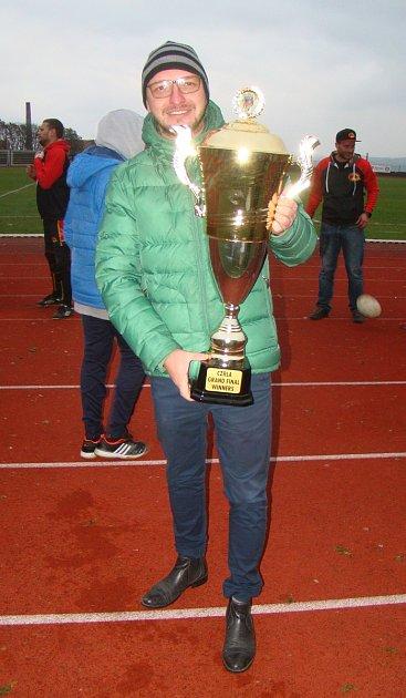 Trenér RLC Dragons Krupka Tomáš Beránek spohárem pro vítěze Divize 1Rugby League.