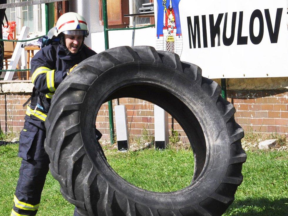 Ze soutěže Železný hasič v Mikulově.
