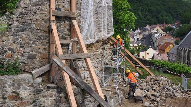 Oprava dělostřelecké věže na hradě v Krupce.