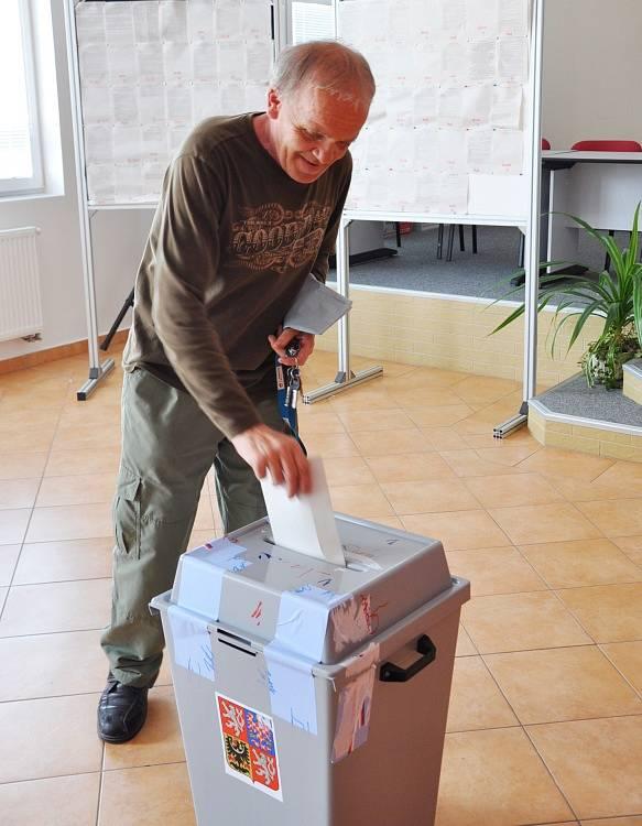 V Hrobčicích se volí do Evropského parlamentu i se v rozhoduje v referendu o osudu areálu v Červeném Újezdu.