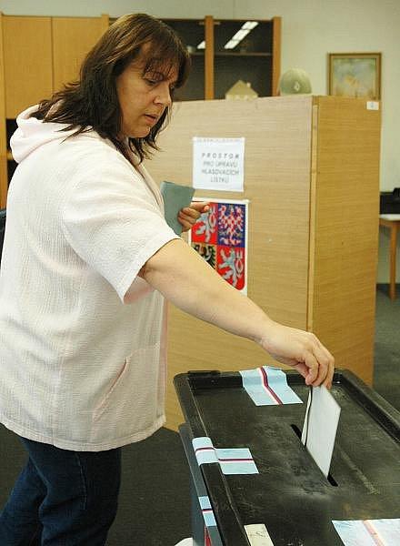 K volebním urnám přišly v sobotu v Krupce pouze tři tisíce voličů.