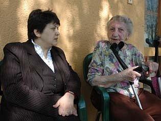 Ministrině Džamila Stehlíková si povídá s klientkou bystřanského domova důchodců.