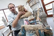 Akademický sochař Libor Pisklák ve svém ateliéru v Hlinné na Litoměřicku nyní pracuje na opravě sochy z Libochovan. Foto do týdeníku.