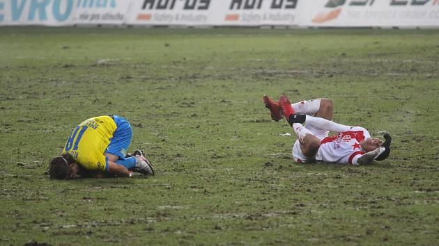 Fotbal na poli… Terény na ligových stadionech nejsou v ideální kondici. Slavia se o tom přesvědčila také v Teplicích, kde remizovala i ztratila zraněné hráče.