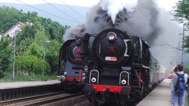 Souběžný průjezd dvou vlaků tažených parní lokomotivou
