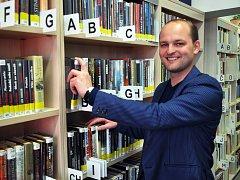 Hájská obecní knihovna získala nové prostory. Na snímku je knihovník Karel Singer.