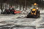Úprava parkoviště v Mikulově u lyžařského areálu Bouřňák. Sněhové bariéry jsou pryč, je více místa na státní.