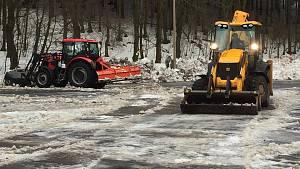 Úklid parkoviště u lyžařského areálu v Mikulově
