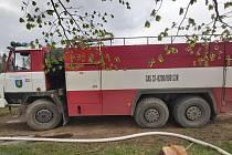 U Červeného Újezdu hořel les, zasahovali tam profesionální i dobrovolní hasiči