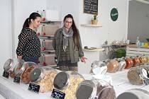Ekologii v Teplicích teď podpořily také dvě mladé ženy Anna Pášová s Kateřinou Bobkovou, které otevřely bezobalový obchod.