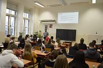 Bankéři přednášeli studentům o finanční gramotnosti