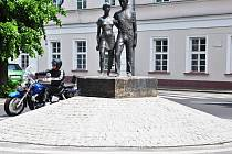 Sousoší zobrazující dvojici dětí bylo umístěno původně v Trnovanech na Masarykově ulici.