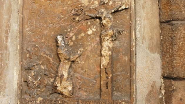 Sprejeři řádili na zdech románského kostela.