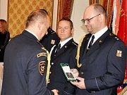 Předávání služebních medailí hasičům HZS Ústeckého kraje. Na snímku operační technik Jiří Čapek (vpravo) z oddělení KOPIS v Ústí.