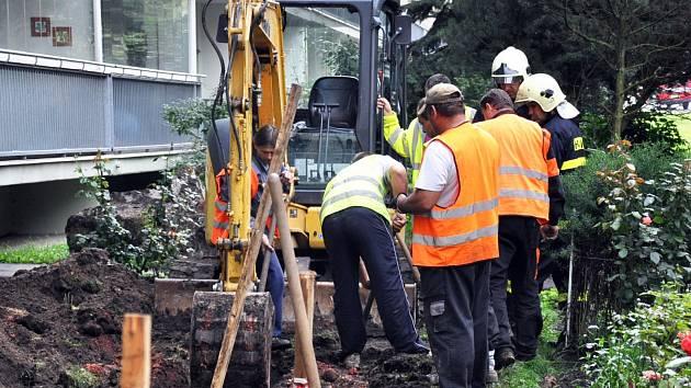 Oprava narušeného plynovodu v A. Sochora Teplice