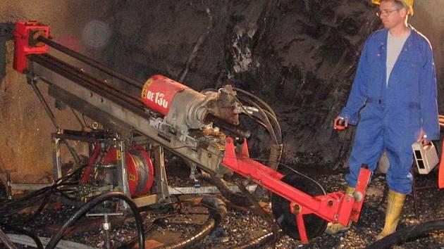 Na snímku jsou podzemní jádrové vrty pro detailní konturaci ložiska.