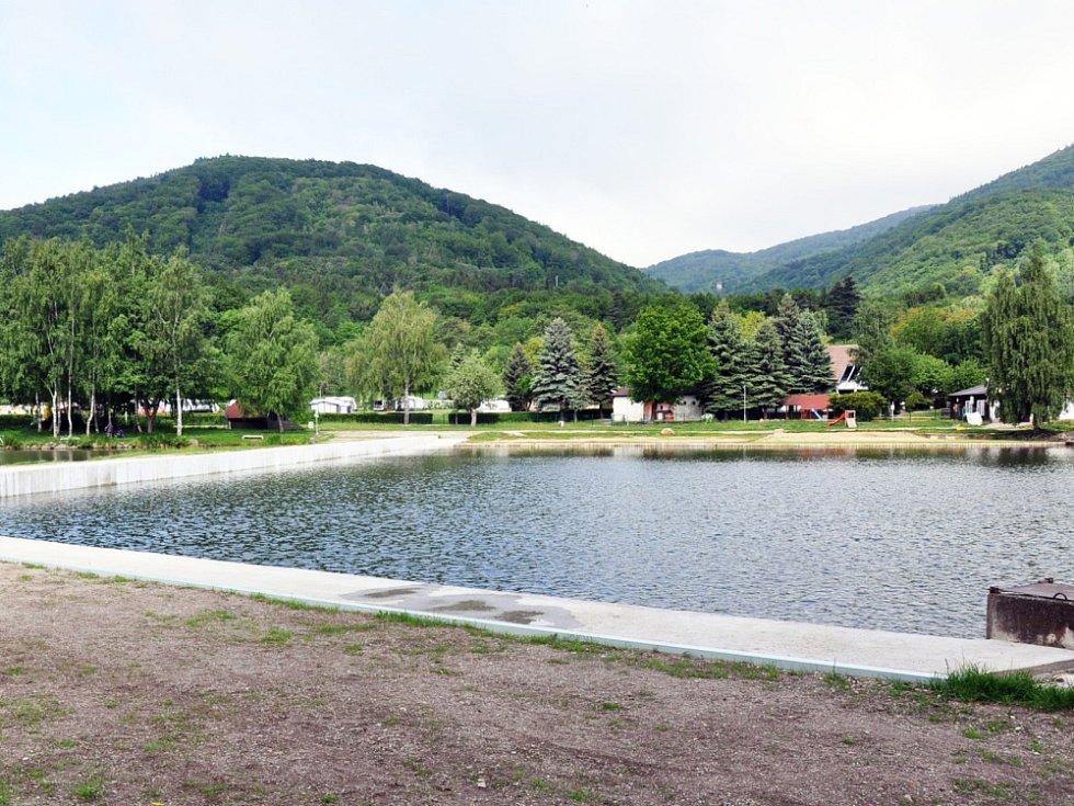 Hráz je celá nová, voda z rybníka už se tak do koupaliště nedostane.