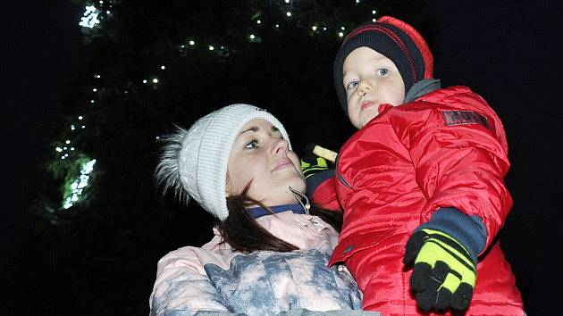 Rozsvícení vánočního stromu v Bžanech. Podívat se přišla také Kateřina Charamzová s 2,5letým synem Ládíkem.