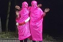 Navlékli na sebe růžově zářivé kostýmy prezervativů a vydali se v nich do nočních ulic. Během chvilky se místní mladíci stali hitem internetu.
