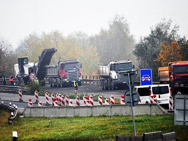 Silničáři mění asfaltový povrch na silnici I/63 nedaleko Bystřan.