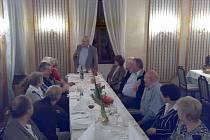 Účastnící slavnostního posezení Běhu kolem Doubravky, v čele stolu Ladislav Kořán.
