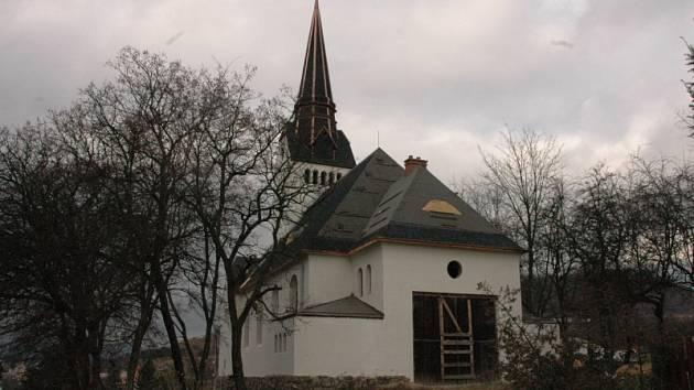 Kostel v Bystřanech se opravuje
