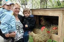 Výstava nazvaná Velikonoční tradice, letos na téma pestrobarevné a se zvířátky, přilákala o víkendu do oseckého kláštera stovky lidí.