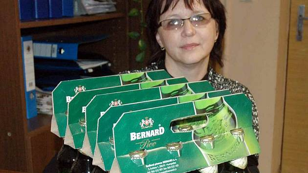 Vítězka. 20 lahví Teplické jedenáctky Bernard vyhrála Jana Ručkayová.