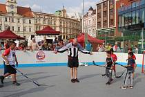 Hokejbalový nábor na teplickém náměstí Svobody