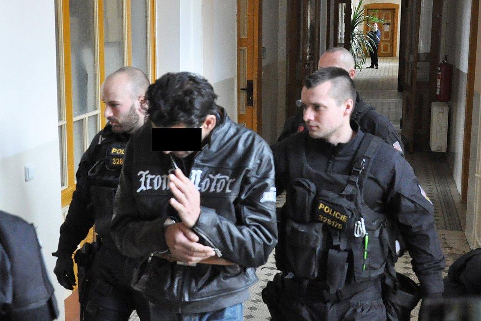 Obviněný muž u soudu v Teplicích.