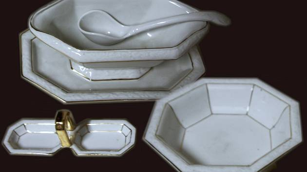 Teplické muzeum ukazuje porcelánový exponát.