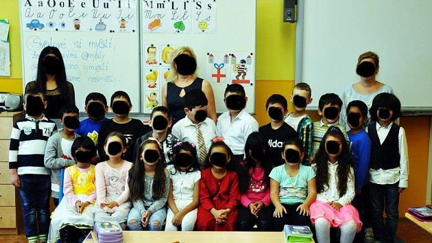 Tato fotografie prvňáčků z prosetické školy vyvolala řadu nenávistných komentářů na sociálních sítích.