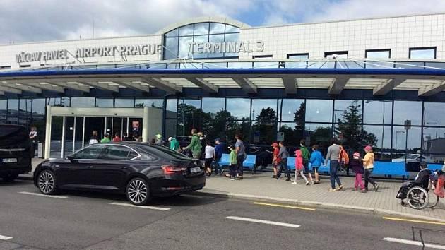 """Letiště Václava Havla přivítalo děti ze """"školičky"""" Arkadie."""