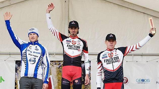 ROBERT NOVOTNÝ si vychutnává pocit vítěze. Vpravo oddlový kolega Tomáš Vokrouhlík.