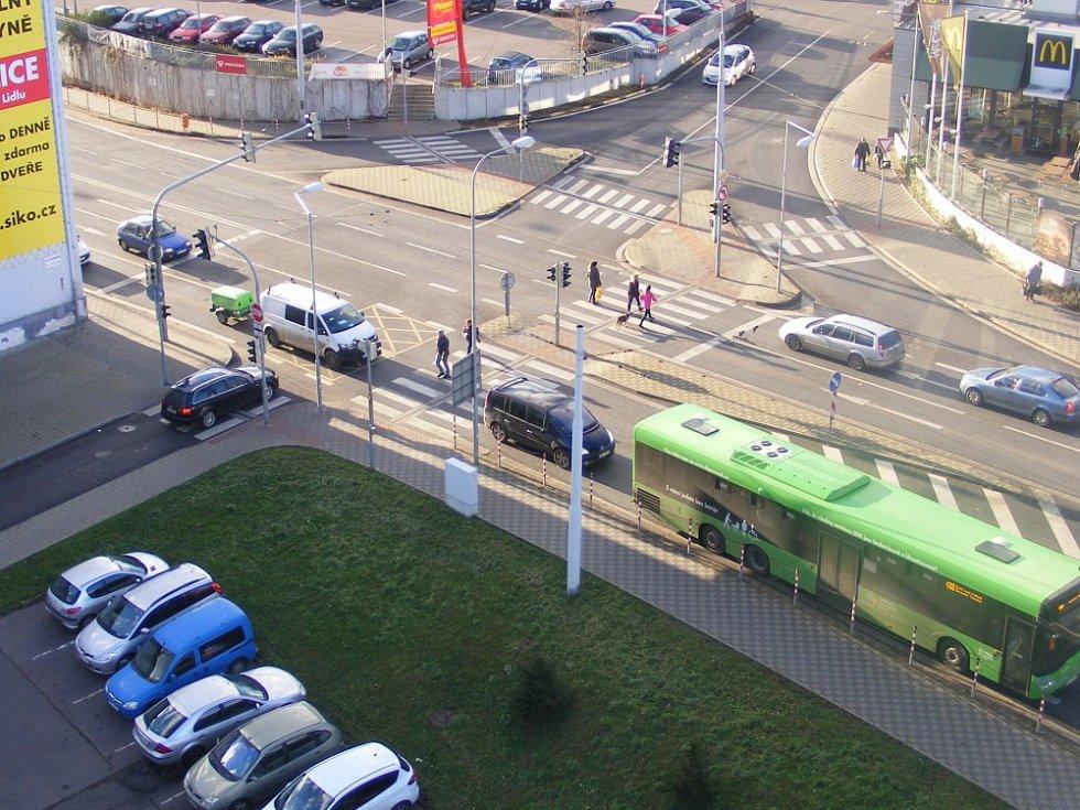 Takovéto situce vznikají na křižovatce na Masarykově ulici, před budovou policie.