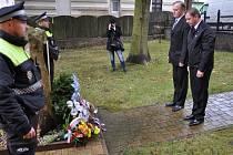 V Dubí si připomněli 98. výročí vzniku samostatného státu. Památku uctili i starosta Dubí Petr Pípal (vpravo) a místostarosta Dubí Jiří Šiller.