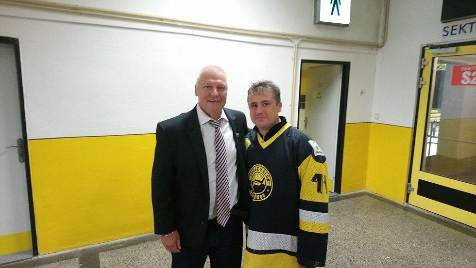 Jaromír Šťásek s hokejovou legendou Pavlem Richterem.